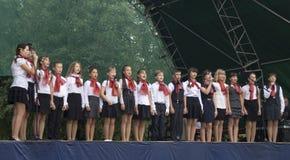 Mstera, 8,2015 Russia-augusti: I bambini cantano sulla scena al giorno della città Mstera, Russia Fotografia Stock Libera da Diritti