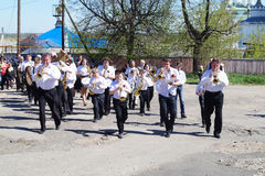 Mstyora,俄罗斯5月9,2014 :使用在乐器的小组音乐家在路去 免版税图库摄影