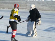 Mstyora,俄罗斯1月28,2012 :在开放平台的冰冷的曲棍球在冬天 免版税库存照片