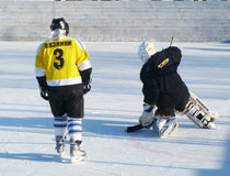 Mstyora,俄罗斯1月28,2012 :在开放平台的冰冷的曲棍球在冬天 免版税图库摄影