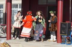 Mstyora,俄罗斯2月28,2014 :青年人在度假Shrovetide的在传统衣服跳舞 免版税库存照片