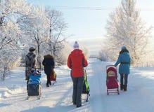 Mstyora,俄罗斯1月24,2013 :年轻mas和孩子步行的在冬天 免版税库存照片