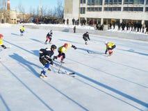 Mstyora, 28.2012 Ρωσία-Ιανουαρίου: Αθλητικό παιχνίδι του χόκεϋ στην παγωμένη πλατφόρμα Στοκ φωτογραφίες με δικαίωμα ελεύθερης χρήσης