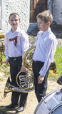 Mstyora, 9.2015 Ρωσία-Μαΐου: Παιδιά στο άσπρο κόστος πουκάμισων (στάση) με το όργανο μουσικής Στοκ Εικόνες