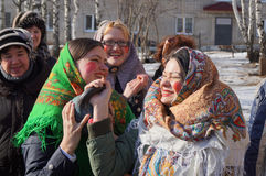 Mstyora, 28.2014 Ρωσία-Φεβρουαρίου: Τα νέα κορίτσια στο εθνικό τριγωνικό μαντίλι για το κεφάλι ανοικτό αμφισβητούν στην ανύψωση τ Στοκ φωτογραφίες με δικαίωμα ελεύθερης χρήσης