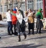 Mstyora, Rússia-fevereiro 28,2014: A menina no lenço triangular tradicional dança no dia do Shrovetide Fotografia de Stock
