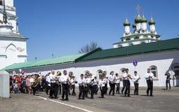 Mstyora, Rússia-maio 9,2015: Procissão festiva em honra do dia da vitória Imagens de Stock Royalty Free