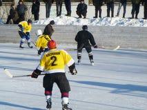Mstyora, Rusia-enero 28,2012: Hockey helado en la plataforma abierta en invierno Imagen de archivo