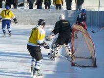 Mstyora, Rusia-enero 28,2012: Hockey helado en la plataforma abierta en invierno Foto de archivo