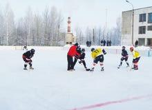 Mstyora, Rusia-enero 12,2013: Hockey helado en la plataforma abierta en invierno Imágenes de archivo libres de regalías