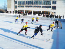 Mstyora, Rusia-enero 28,2012: Juego atlético del hockey en la plataforma abierta Imagen de archivo