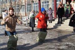 Mstyora, Rusia-febrero 28,2014: Competencia el día de fiesta de la primavera del Shrovetide Imagen de archivo