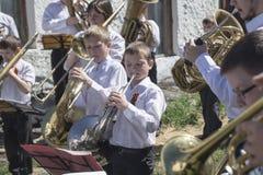 Mstyora, 9,2015 Rusland-Mei: De kinderen spelen op muziekinstrument op vakantie ter ere van Dag van Stock Foto's