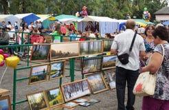Mstyora, 16,2014 Russia-augusti: Mostra delle immagini sulla fiera al giorno della città Mstyora Fotografia Stock Libera da Diritti