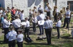 Mstyora, Russia-maggio 9,2015: Raggruppi i giochi del musicista in vacanza in onore del giorno della vittoria Fotografie Stock Libere da Diritti