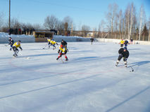 Mstyora, Russie-janvier 28,2012 : Hockey glacial sur la plate-forme ouverte en hiver Images libres de droits