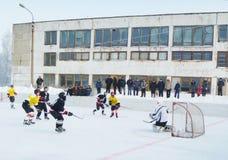 Mstyora, Russland-Januar 12,2013: Eisiges Hockey auf offener Plattform im Winter Lizenzfreie Stockbilder