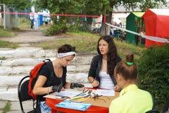Mstyora Ryssland-Augusti 16,2014: Flickaattraktionbilder på tabellen på D Royaltyfria Bilder