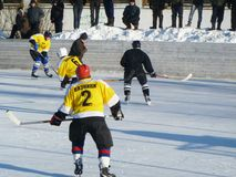 Mstyora Ryssland-Januari 28,2012: Iskall hockey på den öppna plattformen i vinter Fotografering för Bildbyråer