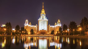 MSU夜视图在莫斯科,俄罗斯 免版税库存照片