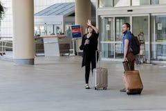 MSY, passagers marchant avec le lugagge dans l'aéroport Photo libre de droits