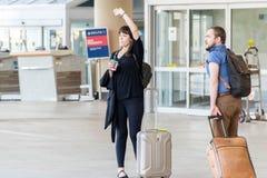 MSY, passagers marchant avec le lugagge dans l'aéroport Photo stock