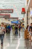 MSY, passagers marchant avec le lugagge dans l'aéroport Photos stock
