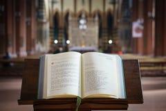 Mszał otwierający i wystawiający w kościół, Włochy fotografia stock