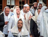 Mszalna modlitwa Hasids pielgrzymi w tradycyjnym odziewają brzęczenie festiwal, Żydowski nowy rok obraz stock