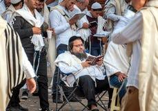 Mszalna modlitwa Hasids pielgrzymi w tradycyjnym odziewają brzęczenie festiwal, Żydowski nowy rok obraz royalty free