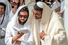 Mszalna modlitwa Hasids pielgrzymi w tradycyjnym odziewają Tallith - żydowski tałes Rosh Hashanah, Żydowski nowy rok fotografia royalty free
