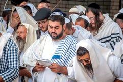 Mszalna modlitwa Hasids pielgrzymi w tradycyjnym odziewają Tallith - żydowski tałes Rosh Hashanah, Żydowski nowy rok zdjęcie stock