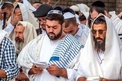 Mszalna modlitwa Hasids pielgrzymi w tradycyjnym odziewają Tallith - żydowski tałes Rosh Hashanah, Żydowski nowy rok zdjęcia royalty free
