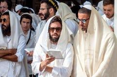 Mszalna modlitwa Hasids pielgrzymi w tradycyjnym odziewają Tallith - żydowski tałes Rosh Hashanah, Żydowski nowy rok obrazy royalty free