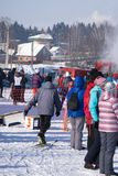 Mszalni biegowi biegacze Sport rywalizacje wśród amatorów i profesjonalistów Biegać na śniegu w zimie obrazy stock