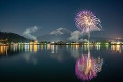 Mt富士Fullmoon烟花 免版税库存图片