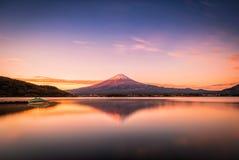 Mt的风景图象 在湖Kawaguchiko的富士日出的在富士河口湖町,日本 库存图片