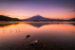 Mt的风景图象 在湖Kawaguchiko的富士日出的在富士河口湖町,日本 免版税库存照片