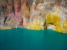 Mt克里穆图火山多色的火山的湖和岩石面孔 弗洛勒斯,印度尼西亚 免版税库存照片