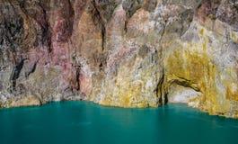 Mt克里穆图火山` s火山的湖和色的岩石面孔 弗洛勒斯,印度尼西亚 免版税库存图片