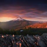 Mt剧烈和庄严看法  在夏天月期间,在明亮,五颜六色的日落的敞篷 太平洋西北地区,俄勒冈,美国 库存照片