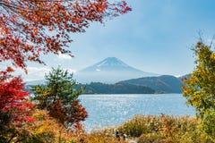 Mt富士日本在kawaguchiko湖的秋天 库存图片