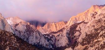 Mt惠特尼报道了积云内华达山范围加利福尼亚 库存图片
