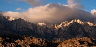 Mt惠特尼报道了积云内华达山范围加利福尼亚 免版税图库摄影