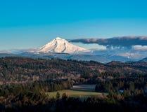 Mt敞篷风景-与动乱的预兆的黄昏 图库摄影