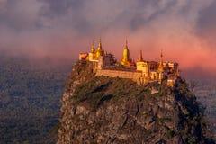 Mt的塔翁Kalat修道院 Popa,在日出的缅甸 库存照片