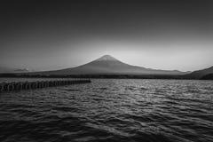 Mt的黑白图象 在湖Kawaguchiko的富士日落的在富士河口湖町,日本 免版税图库摄影