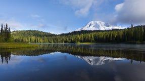 Mt的更加多雨的NP Reflection湖 免版税库存图片