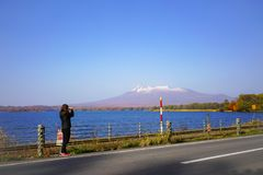 Mt美丽的景色女性旅游采取的phot  Komagatake a 图库摄影
