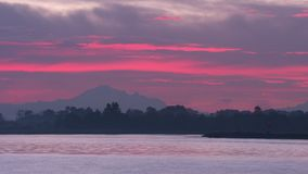 Mt Восход солнца хлебопека, Река Fraser 4K UHD видеоматериал